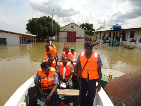 NEMA+Rescuers+and+volunteers+in+a+naval+boat+in+river+Niger+in+Kogi+State.jpg