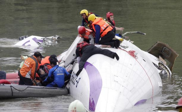 Rescuers-pull-a-passenger-out-of-the-TransAsia-Airways-plane-which-crash-landed-in-a-river-in-New-Taipei-City.jpeg