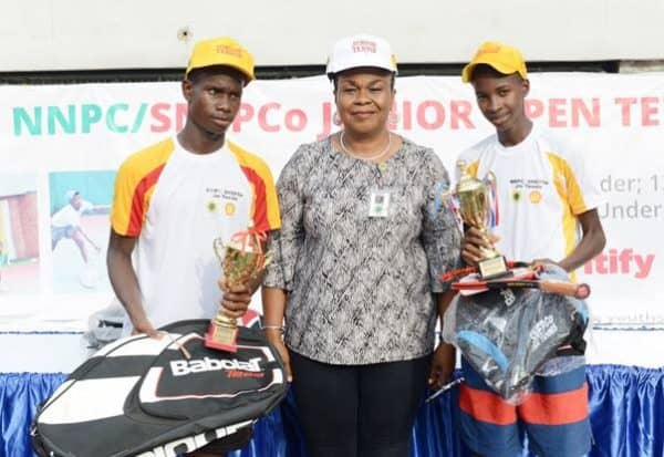 L-R: Runner-up of the Boys U-16 category of the 2019 NNPC/SNEPCo Junior Tennis Championship, David Dawariye of Faith Baptist High School, Diobu, Port Harcourt; Deputy Manager, Manpower Planning and Human Resources, National Petroleum Investment Management Services (NAPIMS), Mrs. Ifeyinwa Mojo-Eyes; and the winner, Suleiman Ibrahim of Junior Secondary School, Durumi-II, Abuja, after the finals held at the Lagos Lawn Tennis Club… recently.